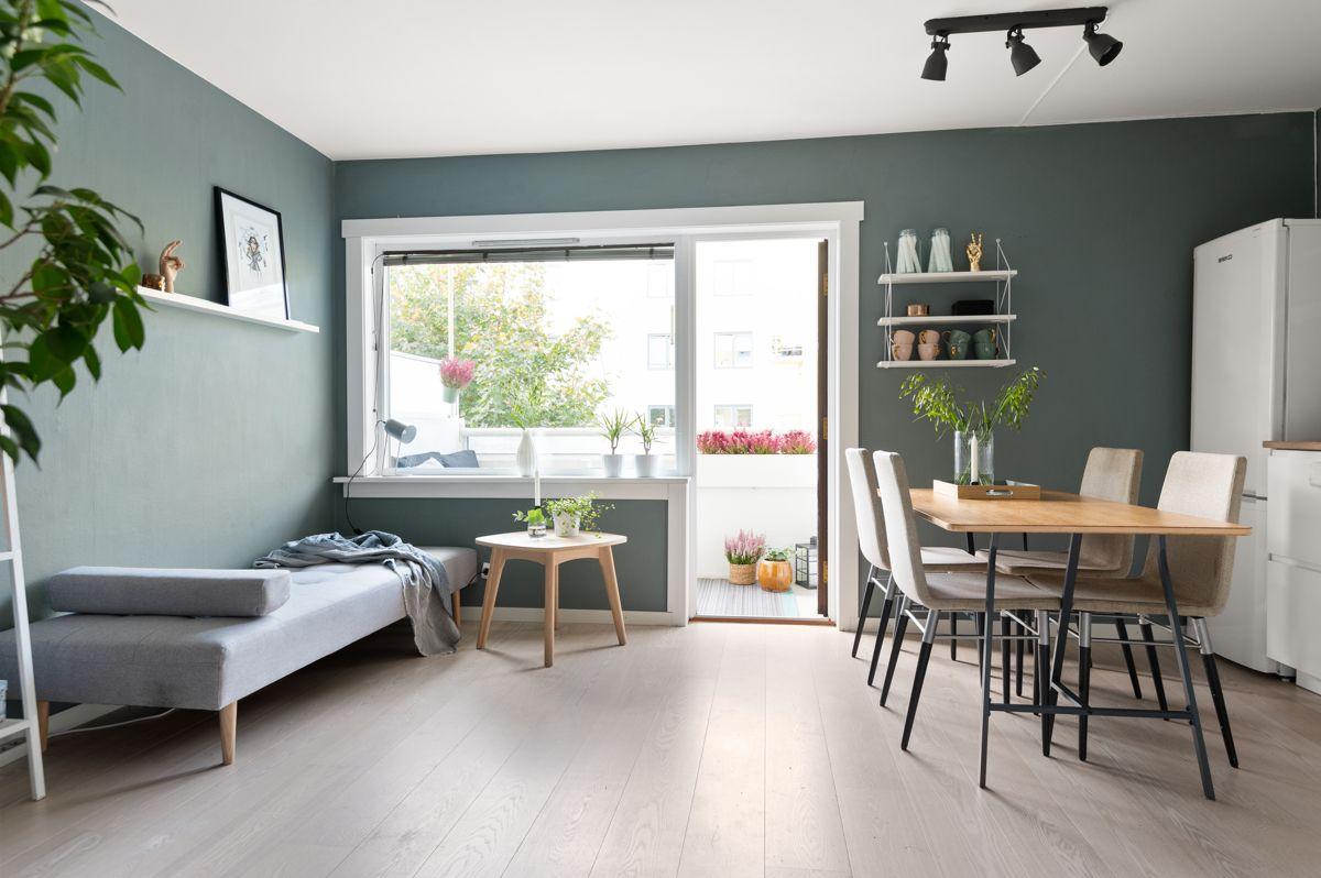 Mogata 16 C I stuen har du plass til både sofagruppe med salongbord og et spisebord i tilknytning til kjøkkenet.