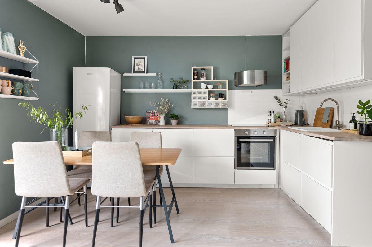 Mogata 16 C Kjøkkenet ligger i en fin, sosial og åpen løsning med stuen. Moderne og tidløst kjøkken fra IKEA som var nytt i 2016.