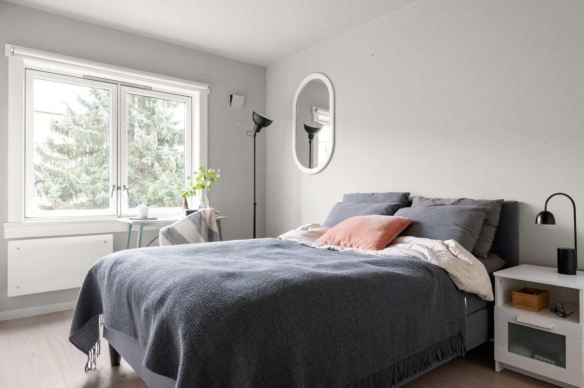 Mogata 16 C God og moderne standard med lys enstavs eikeparkett på gulv og lysmalte overflater.