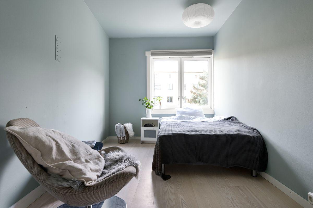 Mogata 16 C Samme gode standard som resten av leiligheten med lys enstavs eikeparkett på gulv og overflater malt i en fin blåfarge.