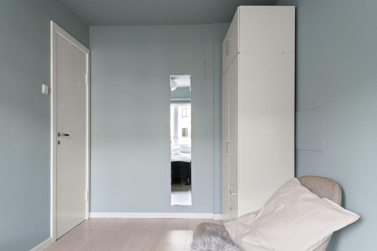 Mogata 16 C På soverommet har du plass til seng, kontorpult og oppbevaringsplass i medfølgende garderobeskap.