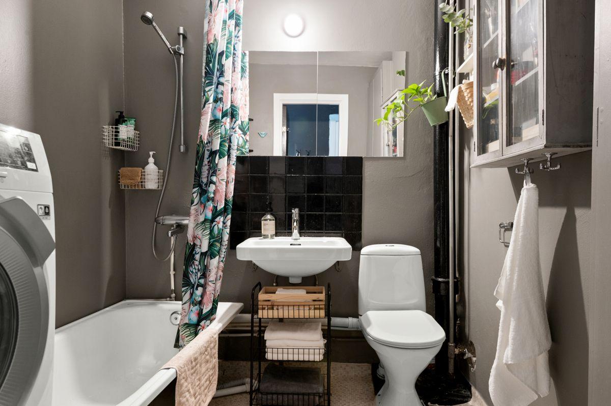 Mogata 16 C Leiligheten har et eldre sjarmerende baderom med nyere våtromsbelegg på gulv og malte overflater.