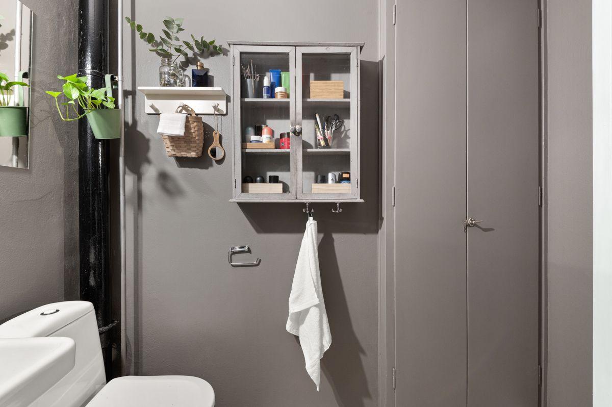 Mogata 16 C God oppbevaringsplass i stor skap i tillegg til vegghengt skap og hyller over vaskemaskinen.