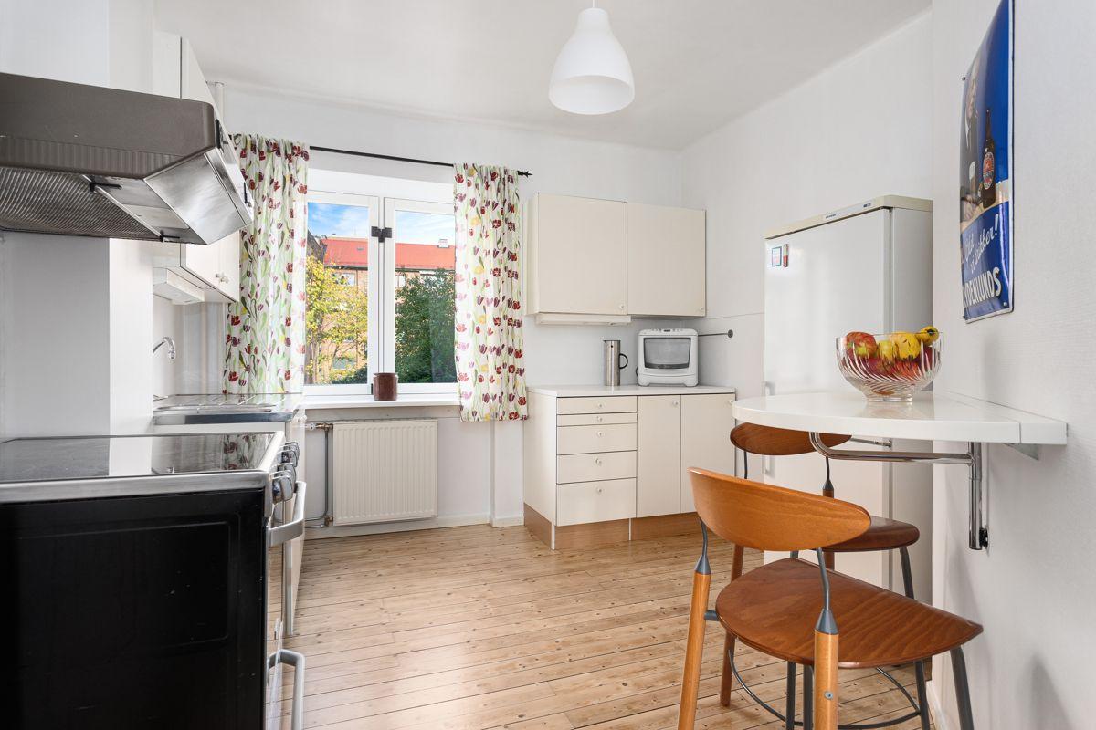 Bentsegata 17 Leiligheten har et stort og lyst separat kjøkken. Også på kjøkkenet har du originale tregulv, lysmalte overflater, stor vindusflate og god takhøyde.