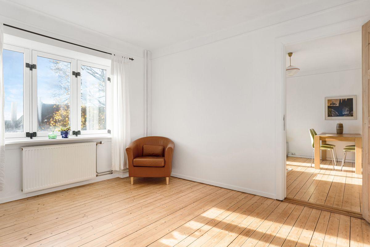 Bentsegata 17 De store vindusflatene sørger for rikelig med naturlig lys.