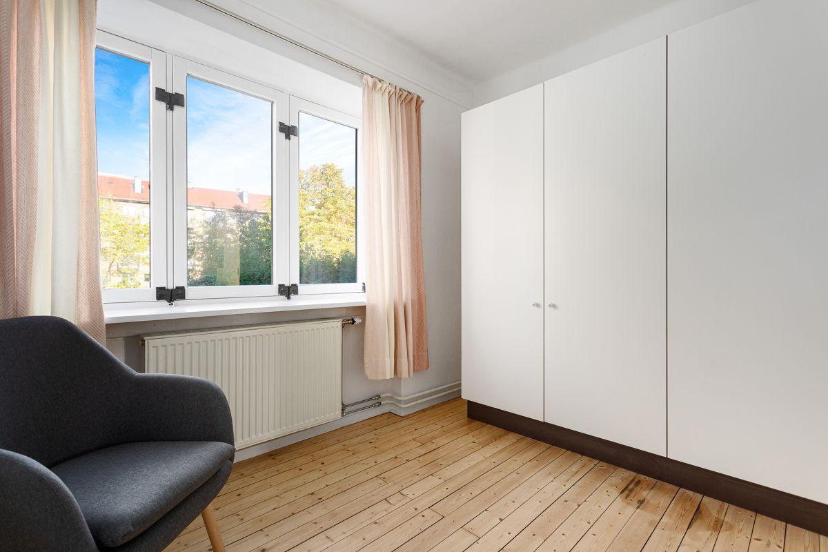 Bentsegata 17 På soverom 2 har du oppbevaringsplass i medfølgende garderobeskap på ca. 1,8 meter.