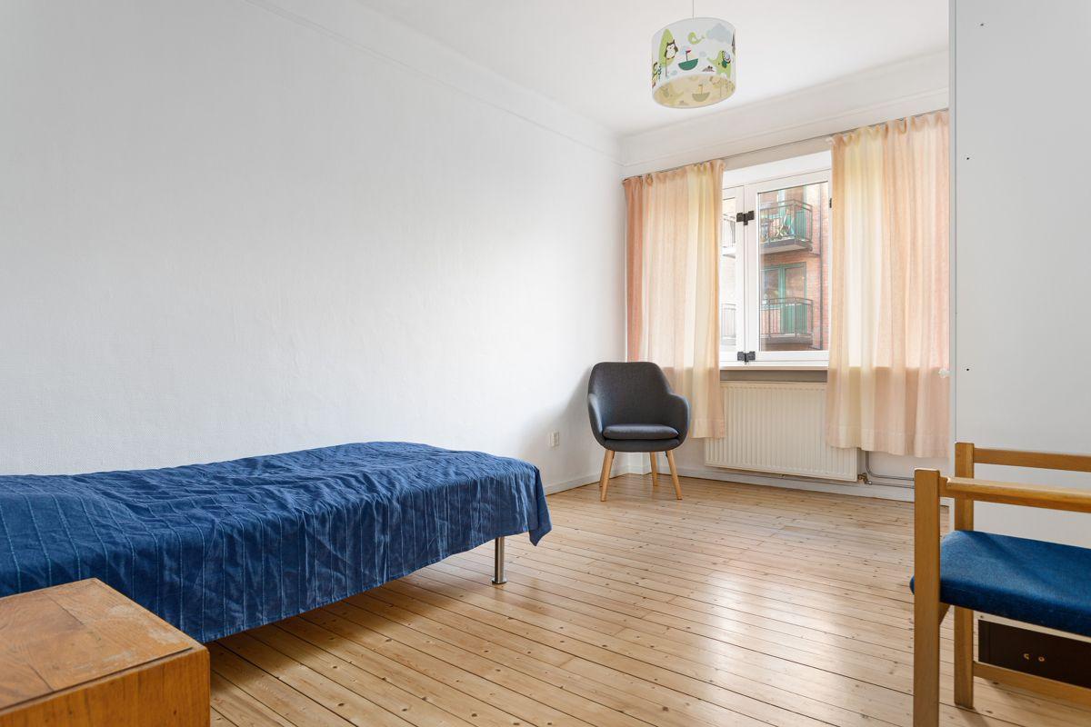 Bentsegata 17 På begge soverommene har du plass til dobbeltseng med tilhørende nattbord, kontorpult og garderobeløsninger etter eget ønske og behov.