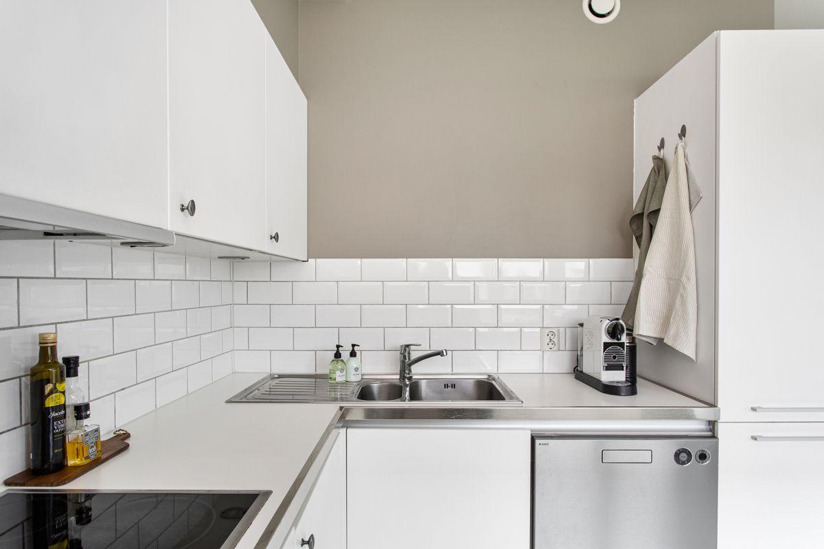 Carl Jeppesens gate 24 Kjøkkenet er utstyrt med hvitevarer som stekeovn fra Samsung, induksjonstopp fra Bosch, avtrekksvifte, oppvaskmaskin fra Asko og kjøleskap med frysedel AEG. Alle hvitevarene er integrerte og medfølger i handelen.