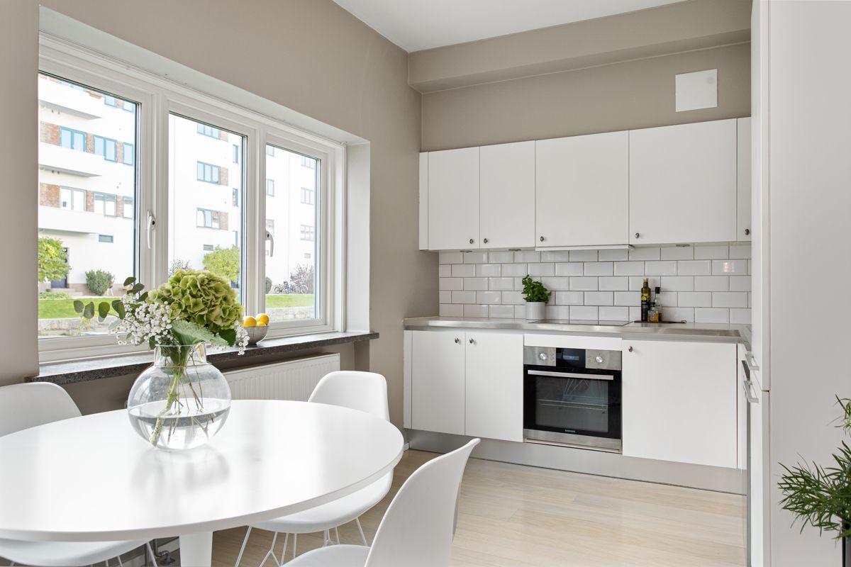 Carl Jeppesens gate 24 Kjøkkenet ligger i en fin delvis åpen løsning med stuen, adskilt og samtidig åpen og sosialt.