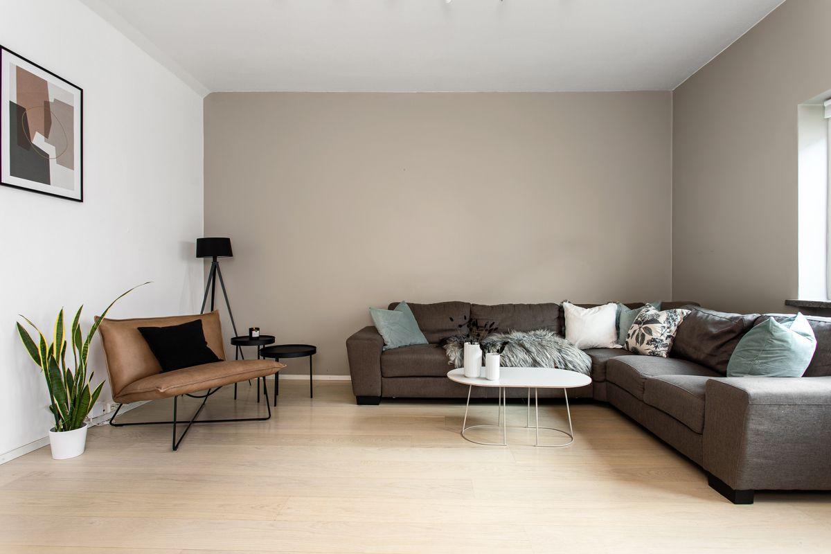 Carl Jeppesens gate 24 Stuen er romslig med god plass til både sofagruppe med salongbord, mediemøblement og et spisebord.