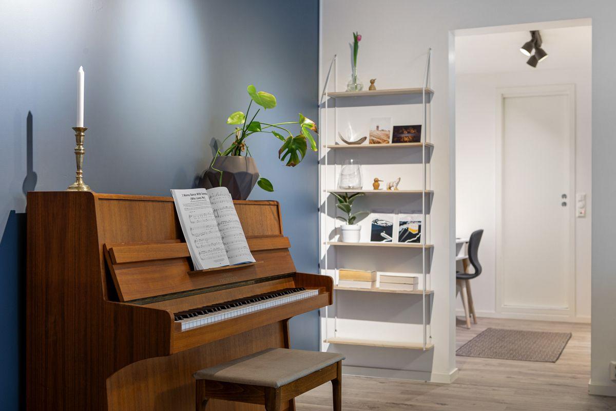 Frederik Glads gate 19 Den varme blåfargen gir fin karakter til rommet. Det er også plass til piano.