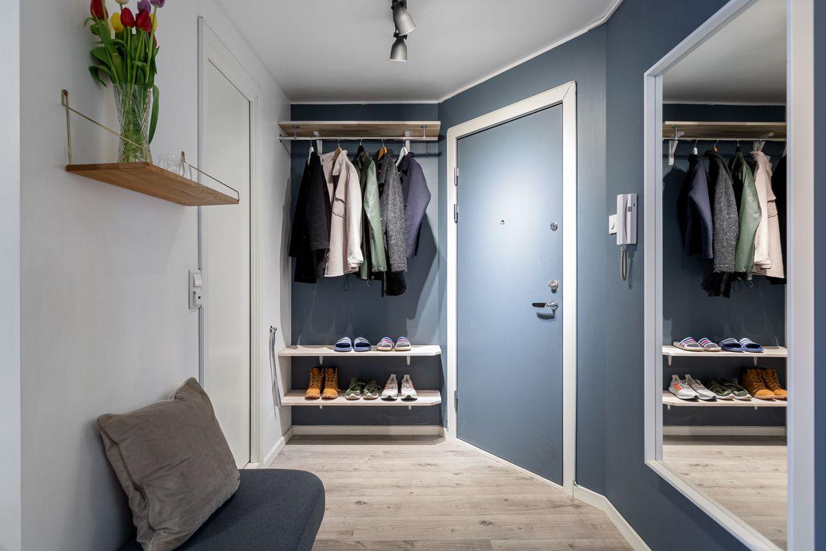 Frederik Glads gate 19 Plasstilpasset garderobeløsning gir plass til det man behøver i det daglige. I tillegg til oppbevaring på vaskerommet er det også ytterligere lagringskapasitet i kjellerbod