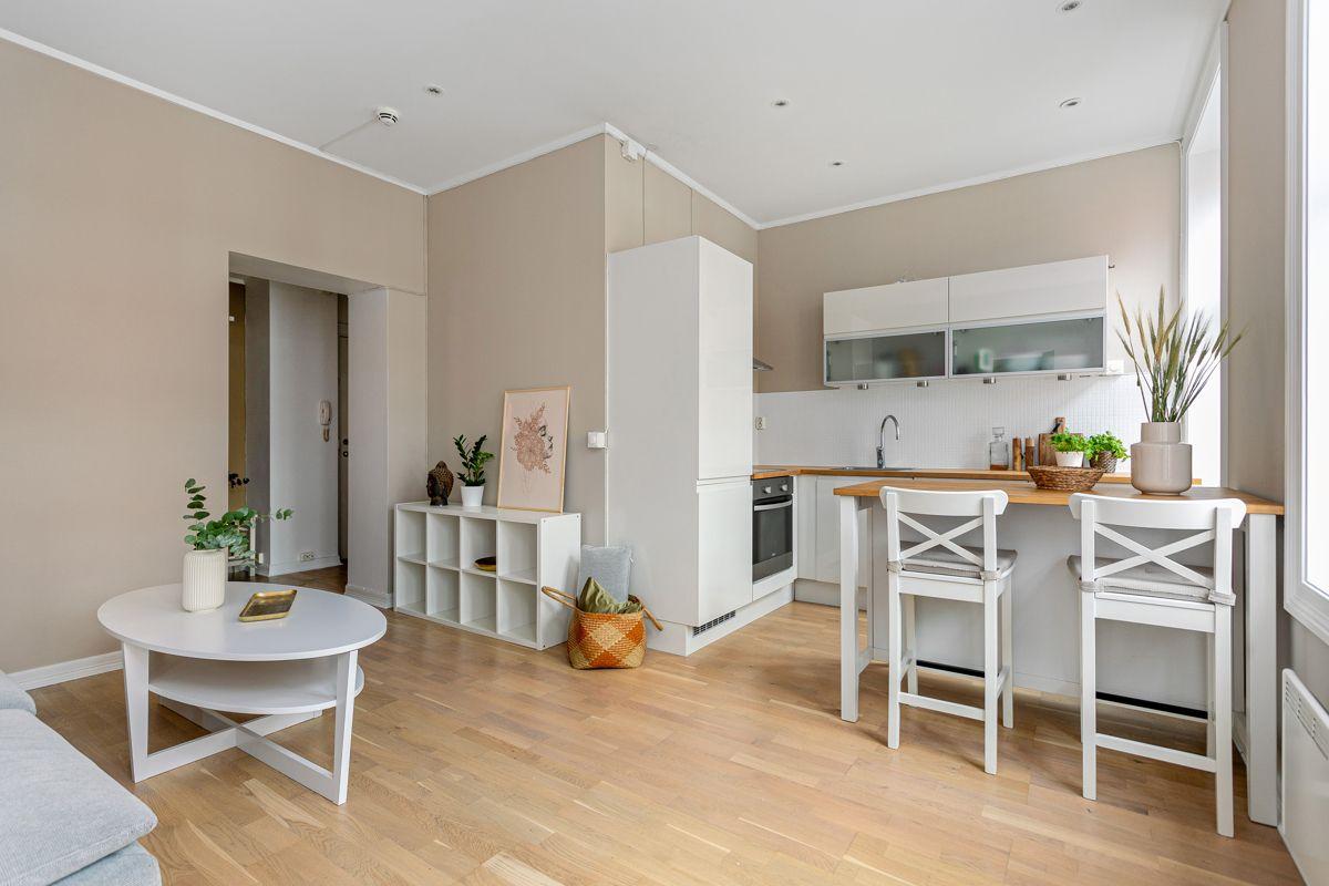 Herslebs gate 4 A Leiligheten har et sosialt oppholdsrom med åpen løsning mellom stuen og kjøkkenet