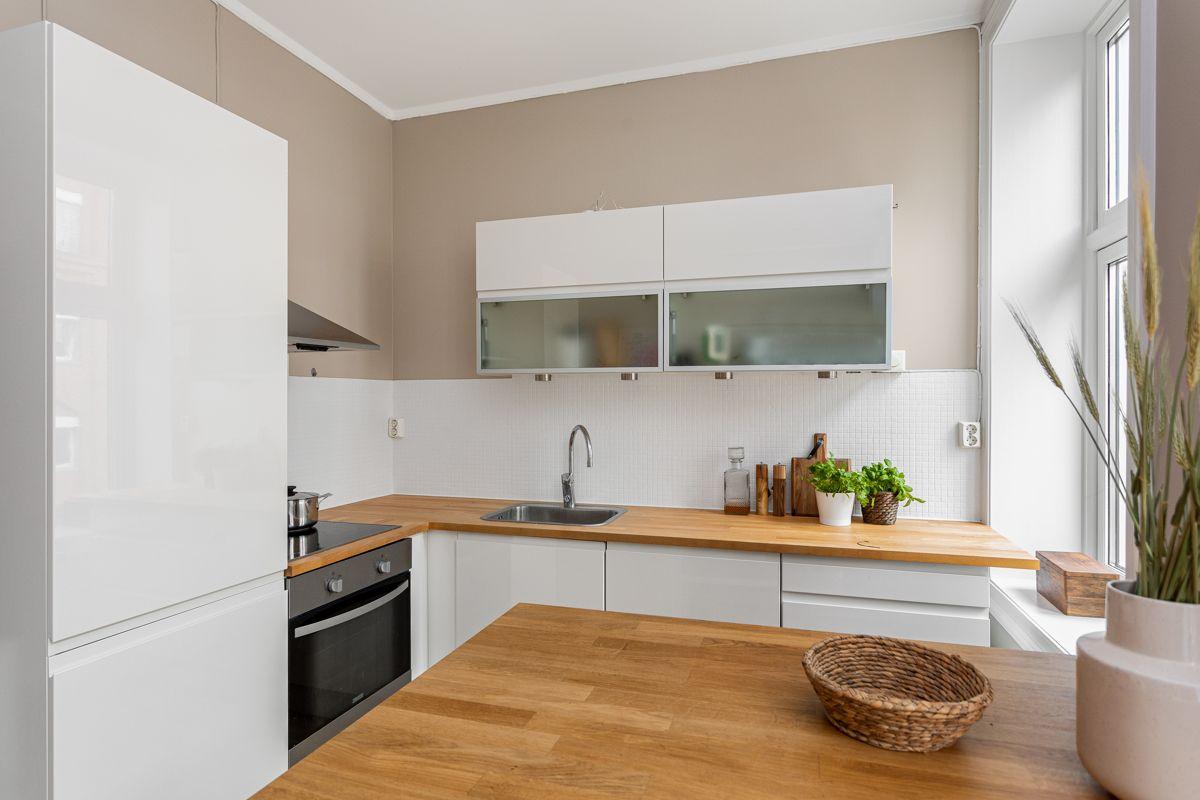 Herslebs gate 4 A På kjøkkenet er alle hvitevarer som kjøleskap med frys, oppvaskmaskin og komfyr integrert og medfølger salget