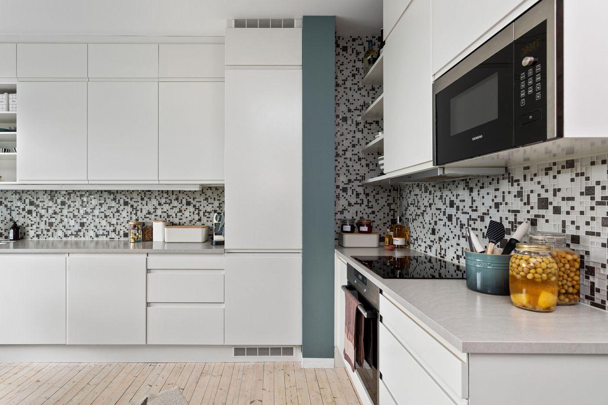 Erika Nissens gate 7 Du har god skap- og benkeplass i innredningen som har hvite glatte fronter og grå laminert benkeplate (3 cm tykkelse) med underlimt oppvaskkum.