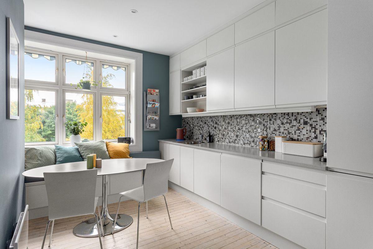 Erika Nissens gate 7 Kjøkkenet ligger i et eget rom i naturlig tilknytning til stuen. Moderne og tidløst HTH-kjøkken som var nytt i 2014.