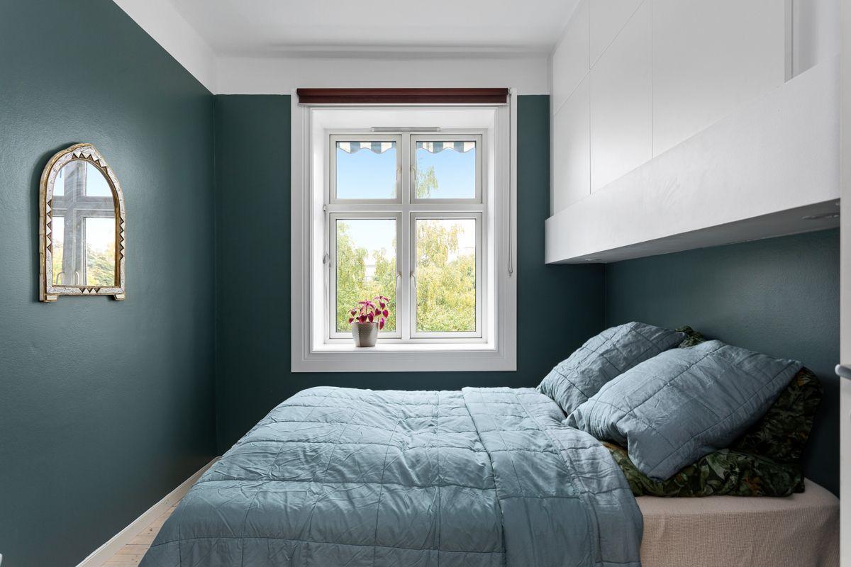 Erika Nissens gate 7 Leiligheten inneholder totalt tre soverom. Hovedsoverommet er et innbydende rom med god plass til en stor dobbeltseng.