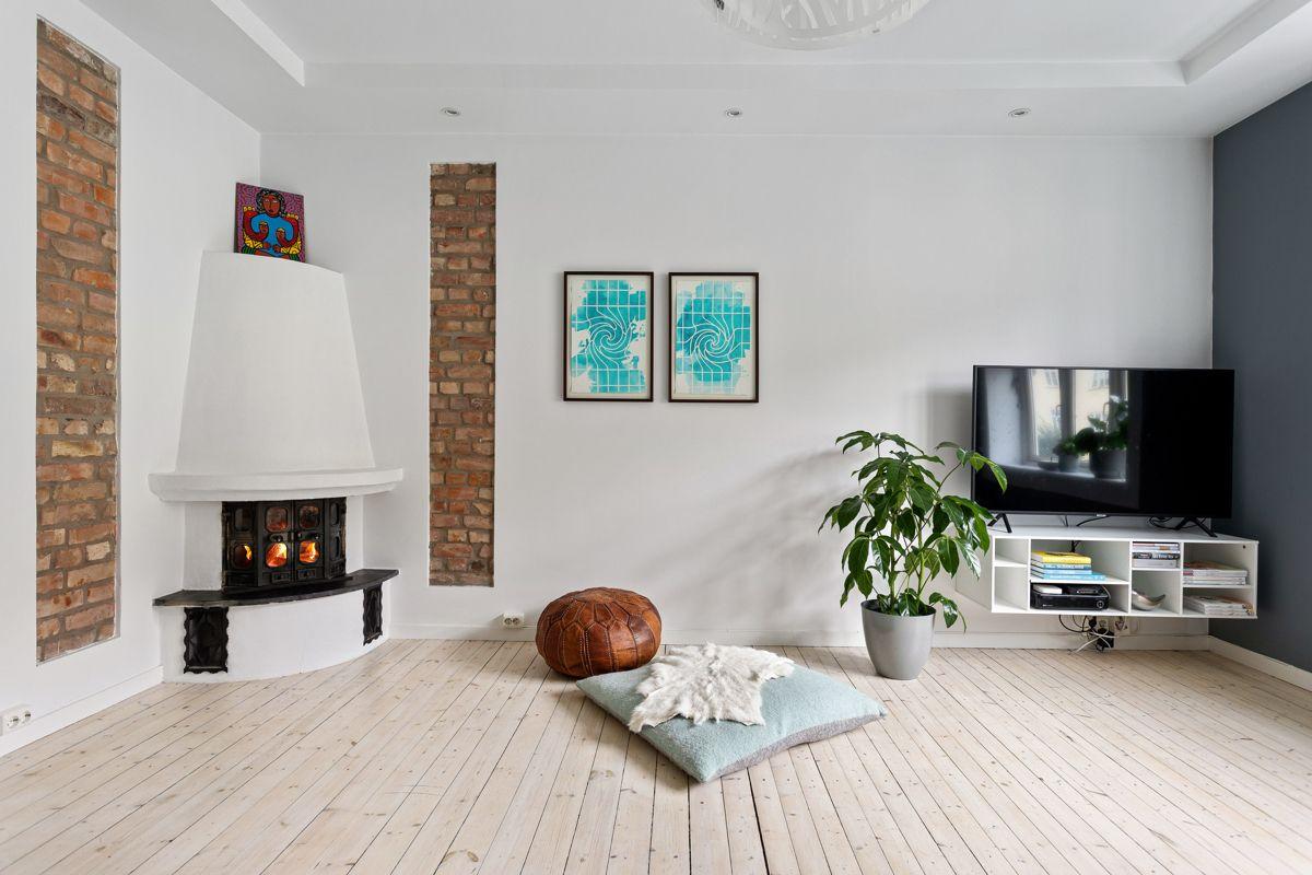 Erika Nissens gate 7 Stuen er romslig med god plass til både sofagruppe med salongbord, mediemøblement og et spisebord om ønskelig.