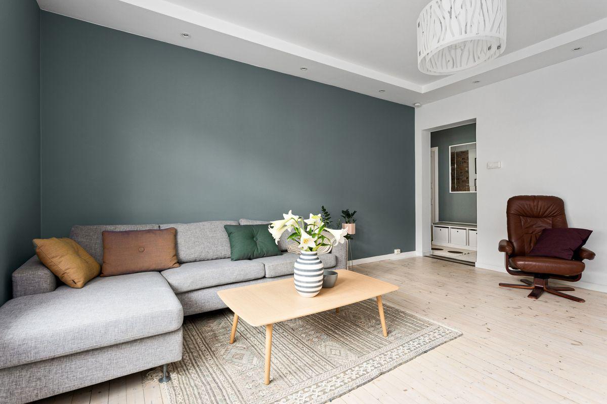 Erika Nissens gate 7 Leiligheten holder en gjennomgående god standard med lyse originale tregulv og glatte overflater malt i 2019.