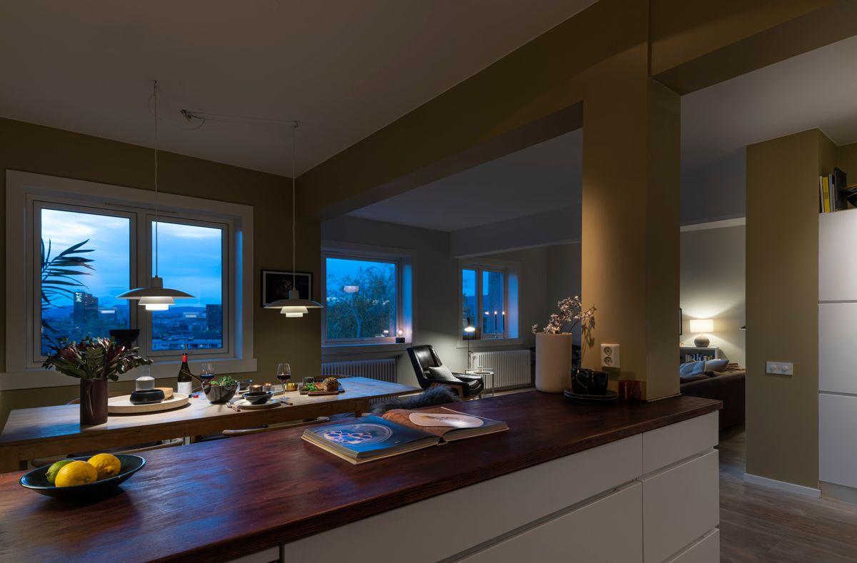 Brinken 16D De store vindusflatene skaper et stemningsfullt lys på kveldstid.
