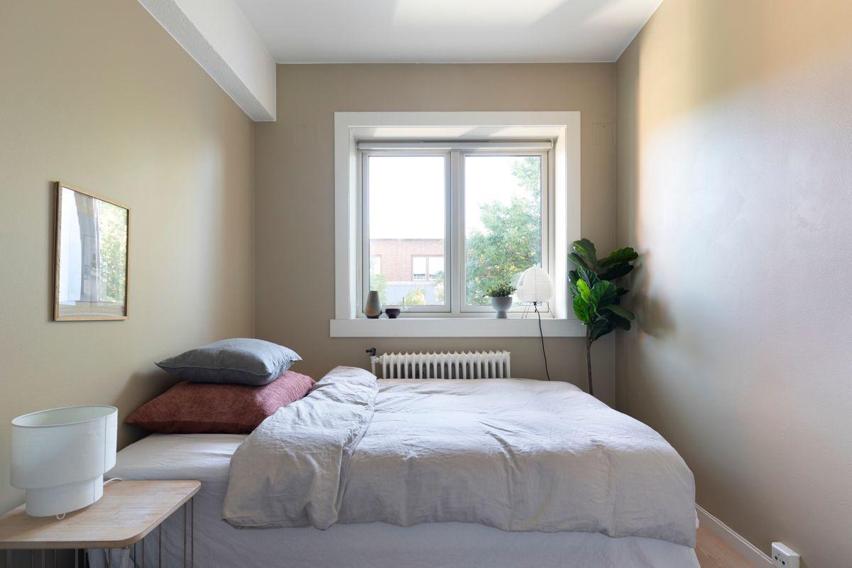 Brinken 16D Soverom 2: Romslig og pent soverom med god plass til dobbeltseng og nattbord.