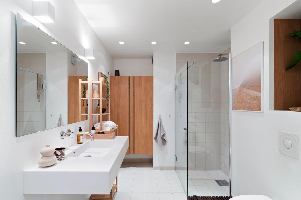 Brinken 16D Lekkert bad fra 2011/12 med flislagt gulv med varme, malte veggflater og downlights i himling.