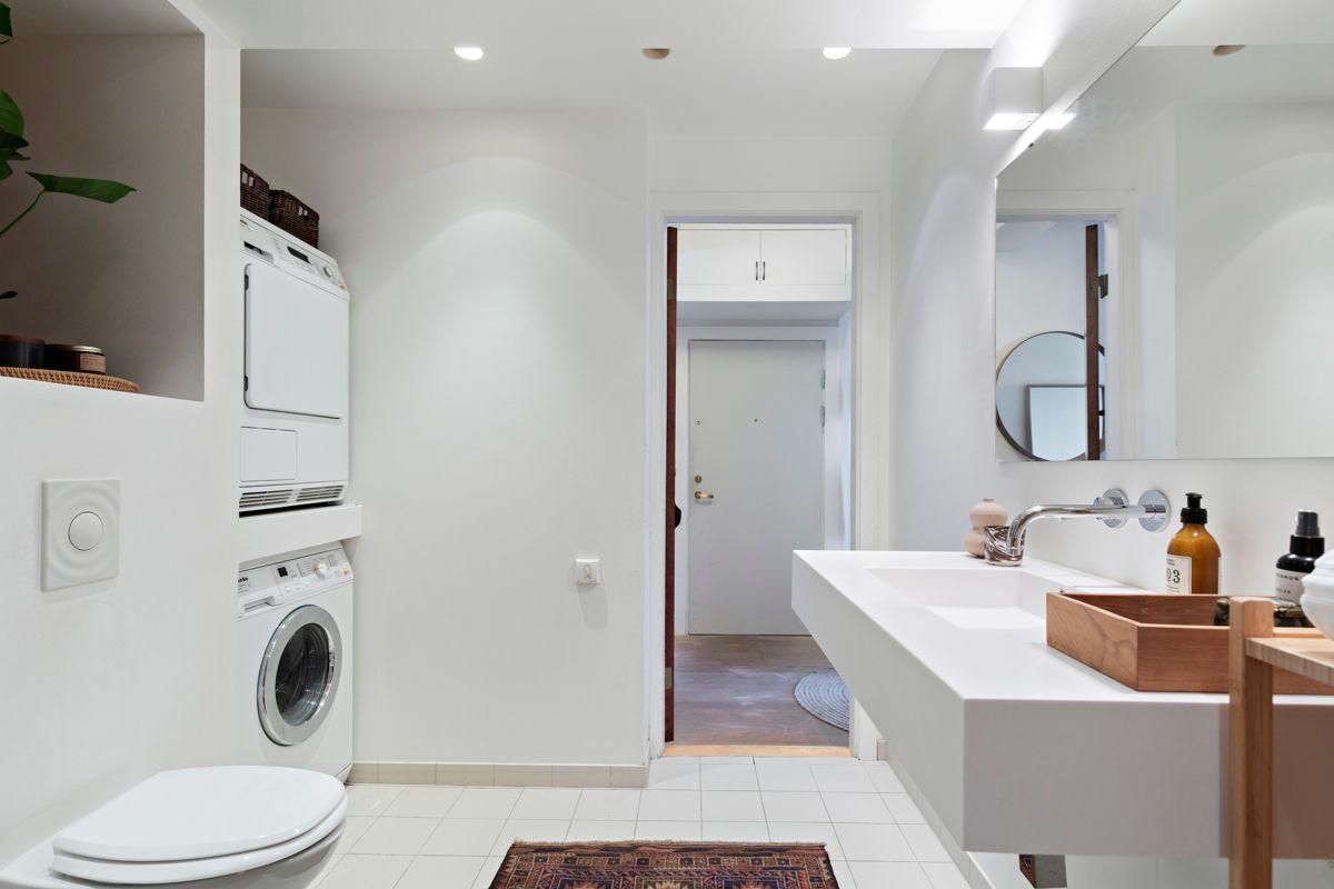 Brinken 16D Veggmontert WC og nisje med opplegg for vaskemaskin og tørketrommel.