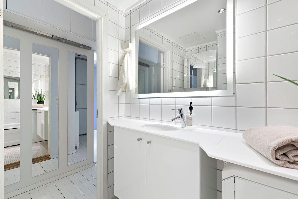 Grimstadgata 23 F Servent med underskap og speil med belysning over. Innebygd vaskemaskin under benk som også medfølger.