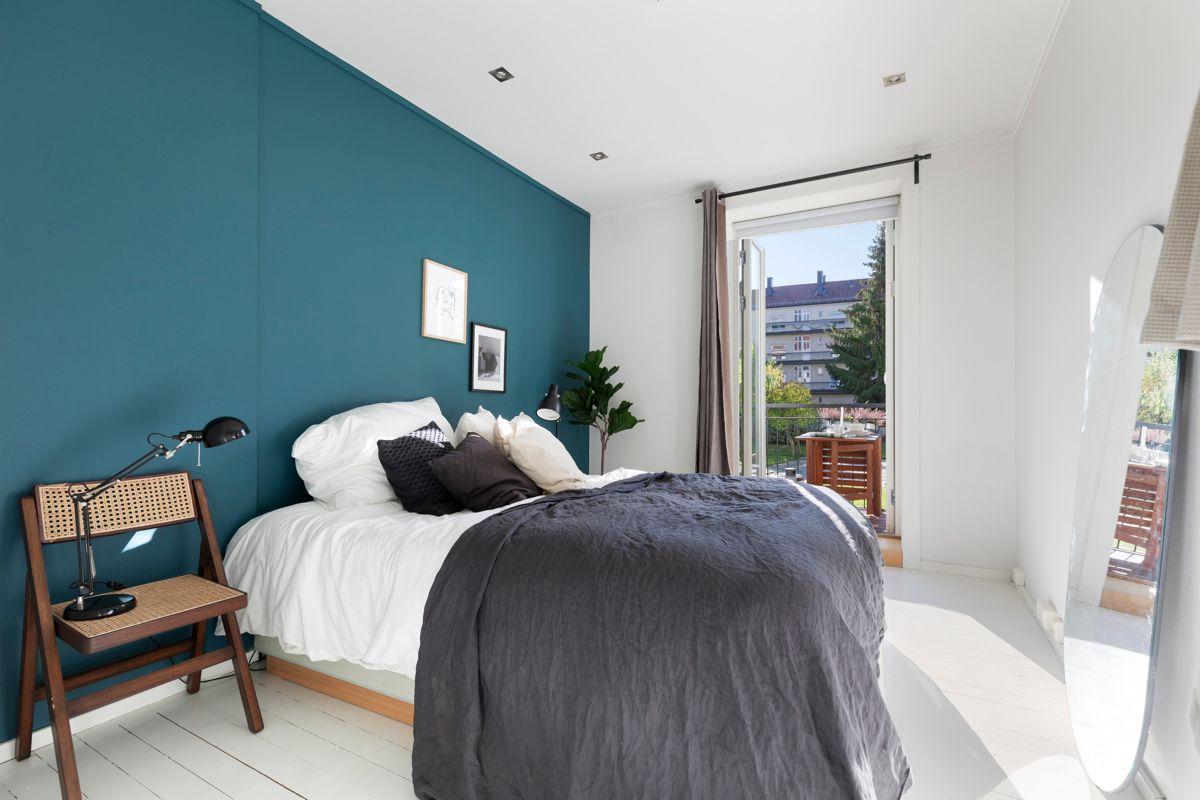Grimstadgata 23 F Soverom 1: Luftig og pent soverom med god plass til dobbeltseng og nattbord, samt annet ønsket møblement.