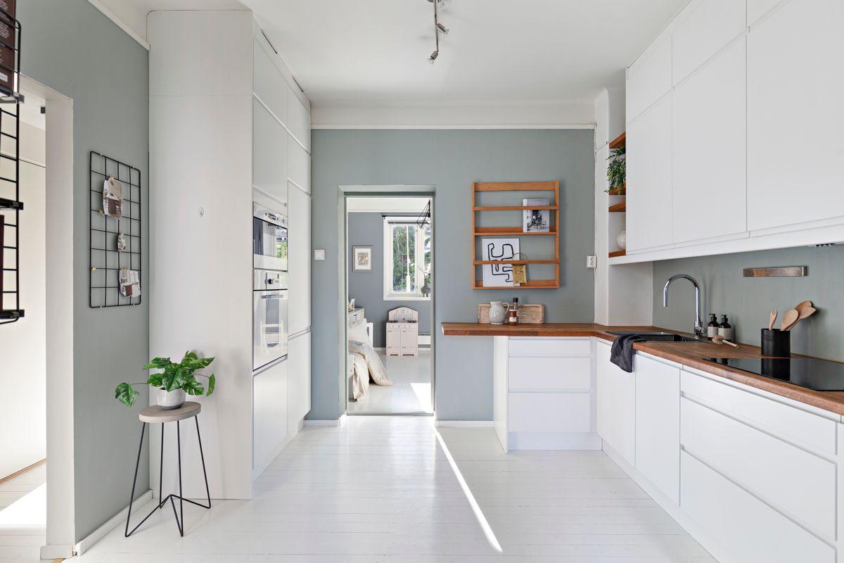 Grimstadgata 23 F Kjøkkenet er utstyrt med integrerte hvitevarer; induksjonstopp, ventilator, mikrobølgeovn, stekeovn, oppvaskmaskin og kjøleskap med frysedel.