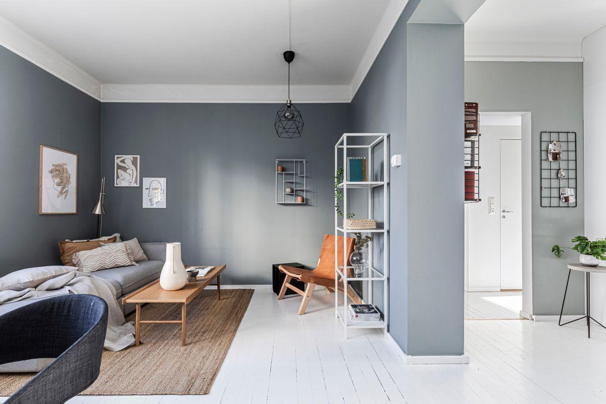 Grimstadgata 23 F Pen stue med god plass til sofagruppe, TV-seksjon, spisebord og hyller.