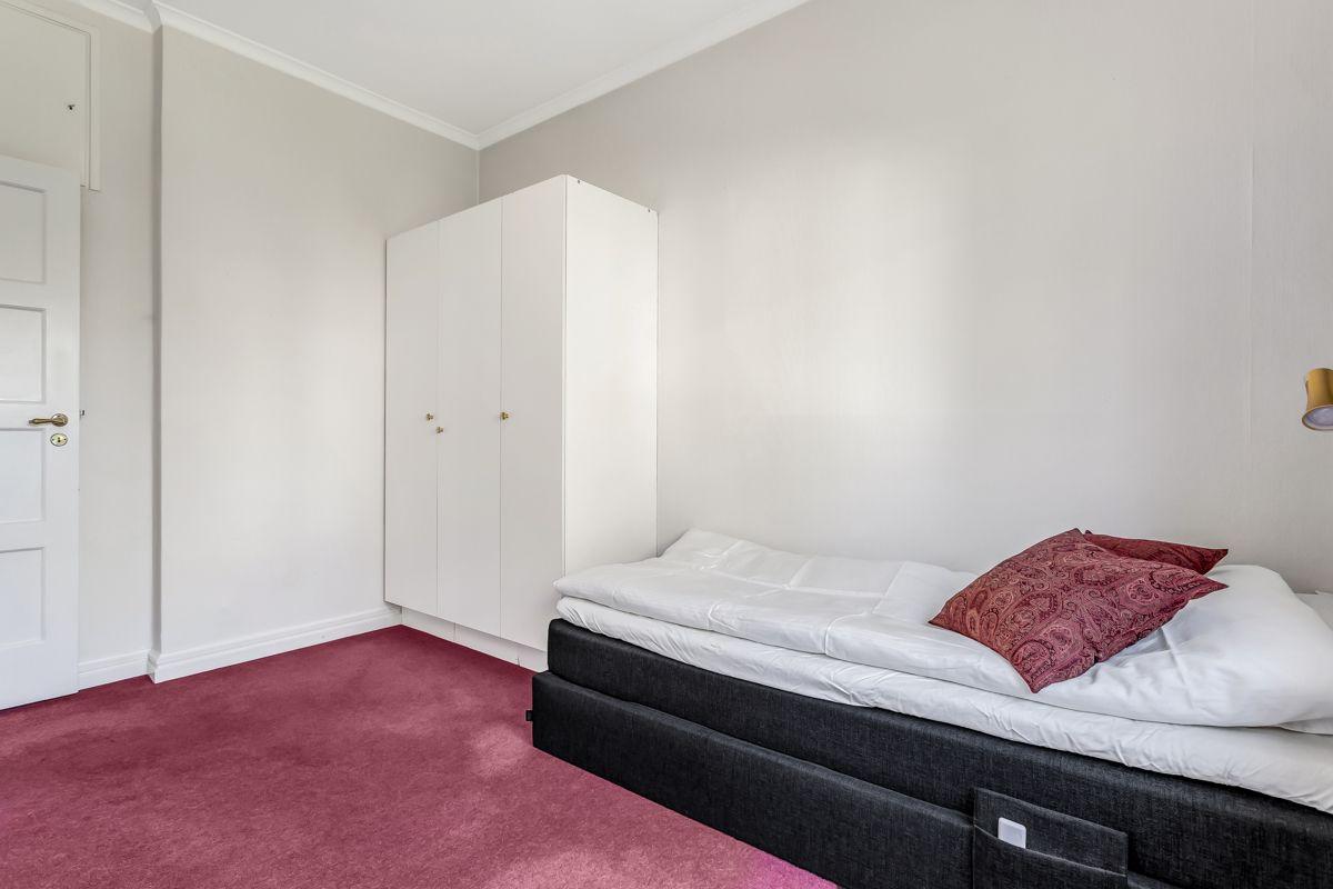 Pavels' gate 8 Soverom 2: God plass til stor seng, samt oppbevaringsplass i garderobe.
