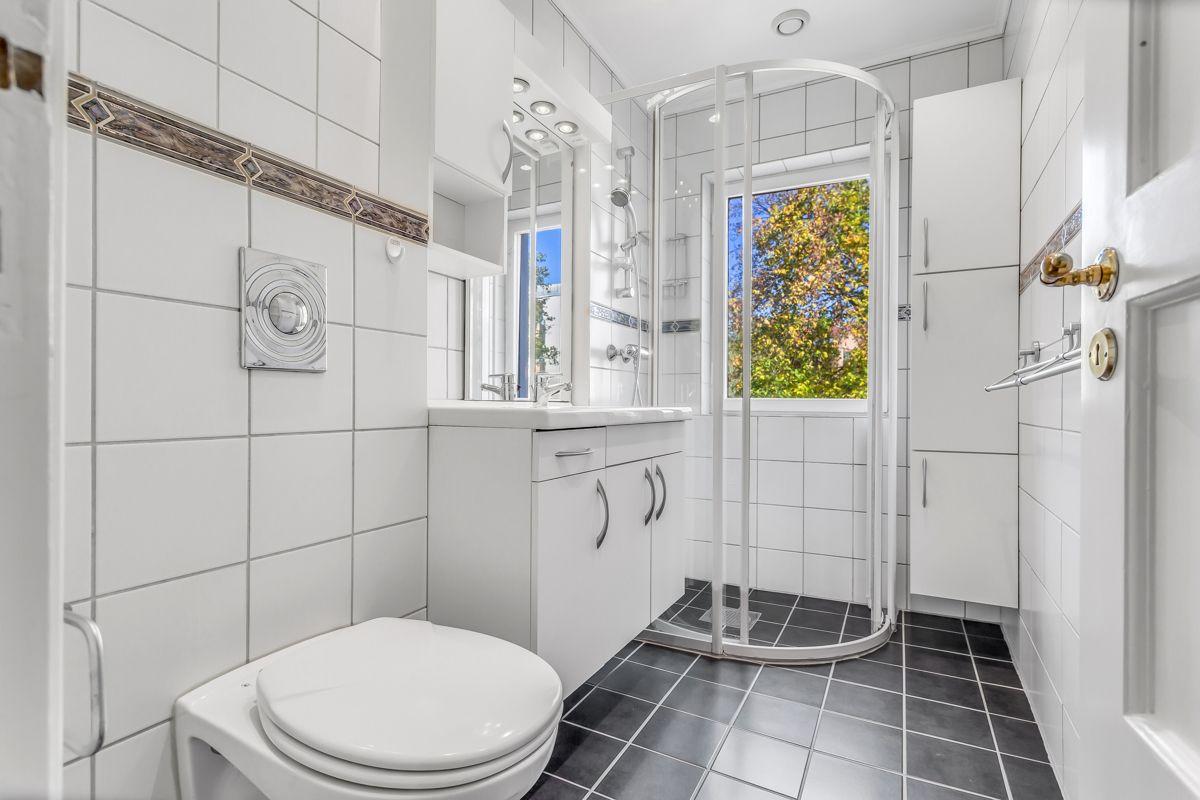 Pavels' gate 8 Flislagt bad fra 2001, med nye varmekabler og fliser i 2019. WC, dusjnisje, høyskap, servant med underskap og speil, skap og belysning over.