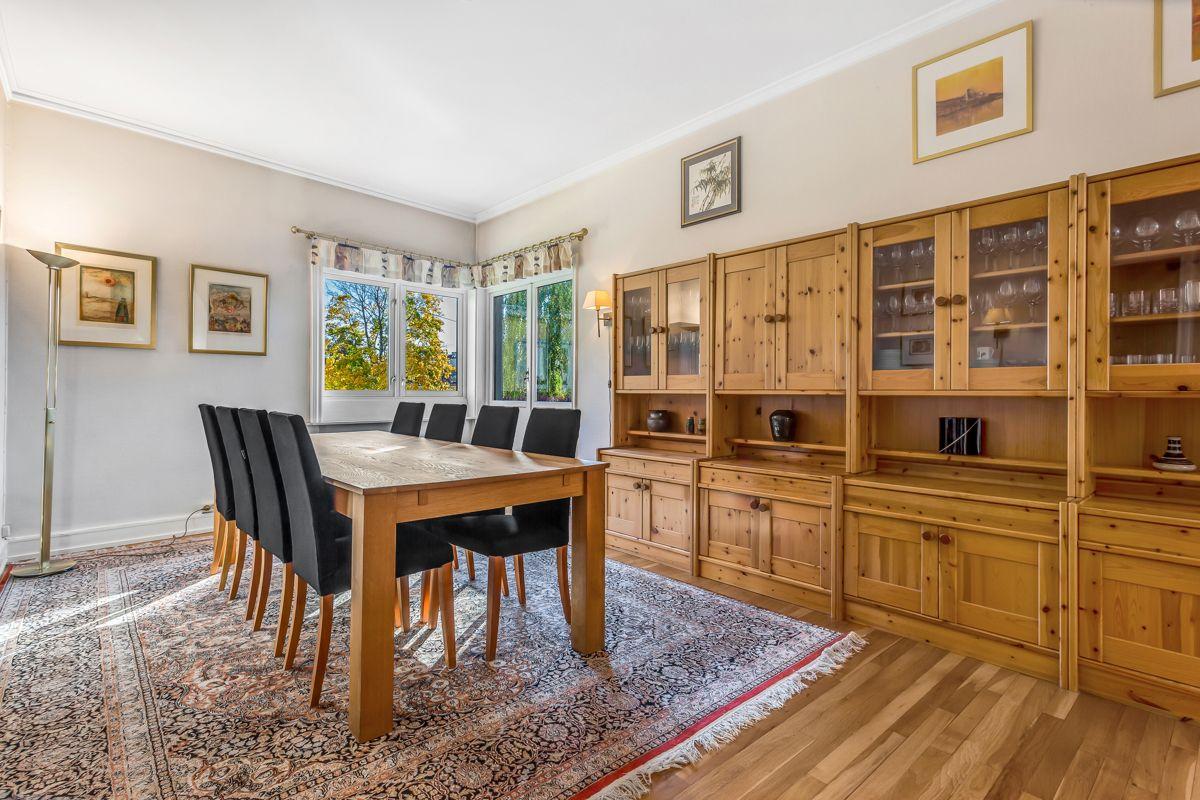 Pavels' gate 8 God plass til stort spisebord med tilhørende stoler, samt øvrig ønsket møblement.