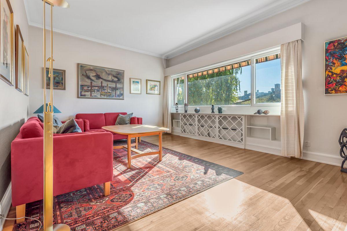 Pavels' gate 8 Meget romslig og lys stue med store vindusflater. Det er montert elektrisk markise utenfor stuevindu.