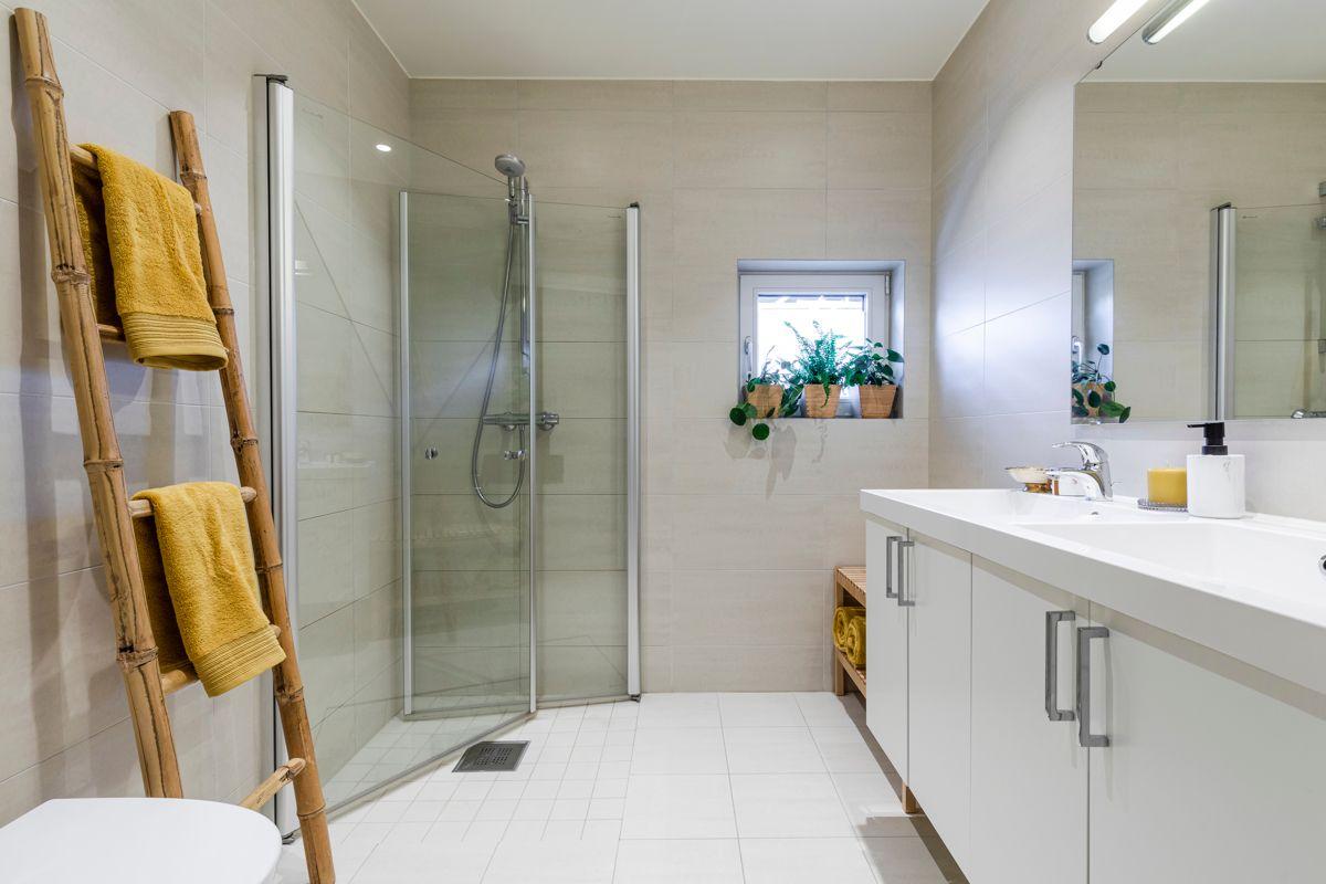 Skådalsveien 13H Delikat flislagt bad fra 2015 med romslig størrelse, varme i gulv og downlights i himling. Veggmontert WC, samt dusjhjørne med innfellbare glassdører.