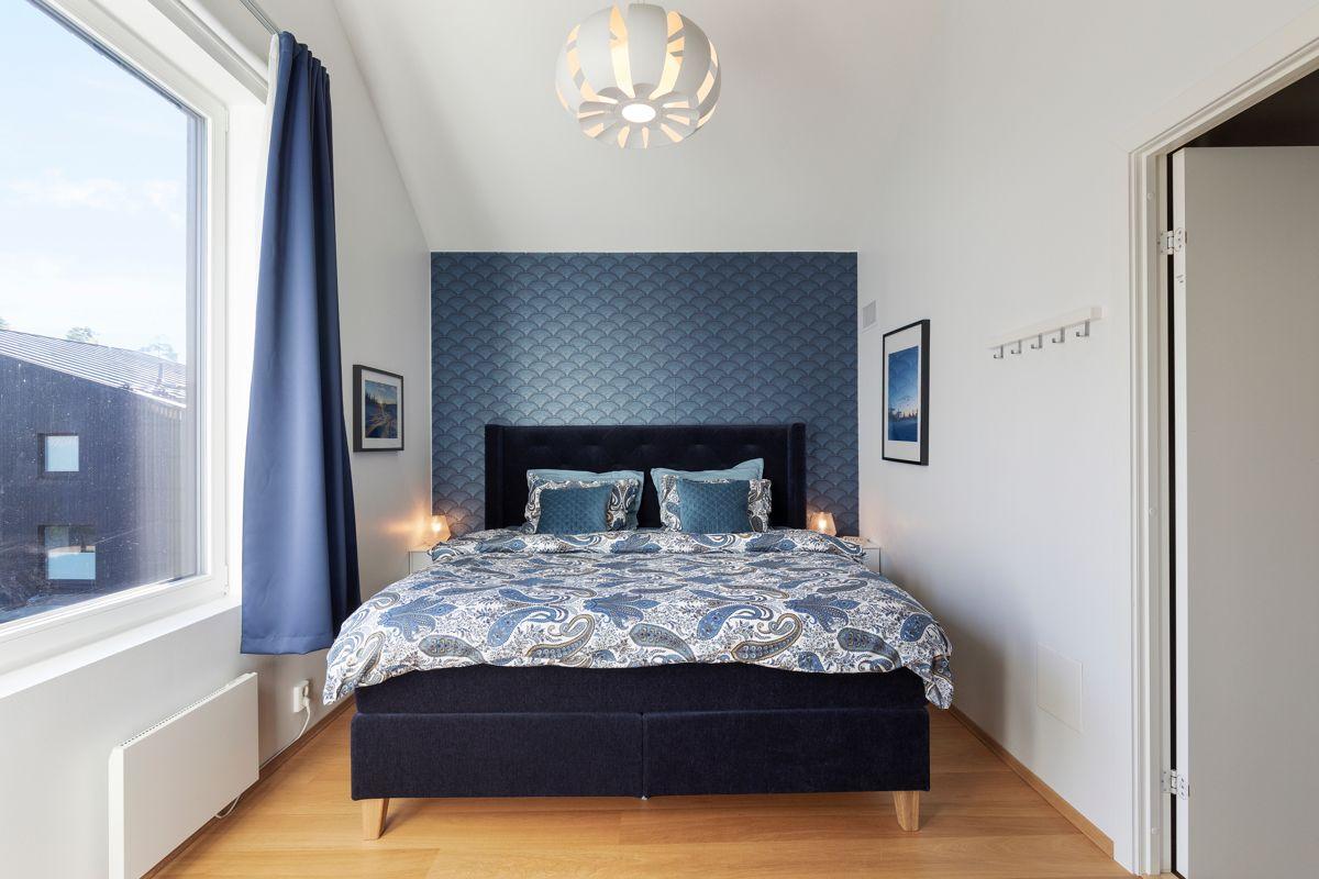 Skådalsveien 13H Soverom 1: Pent og romslig soverom med god plass til dobbeltseng og nattbord.
