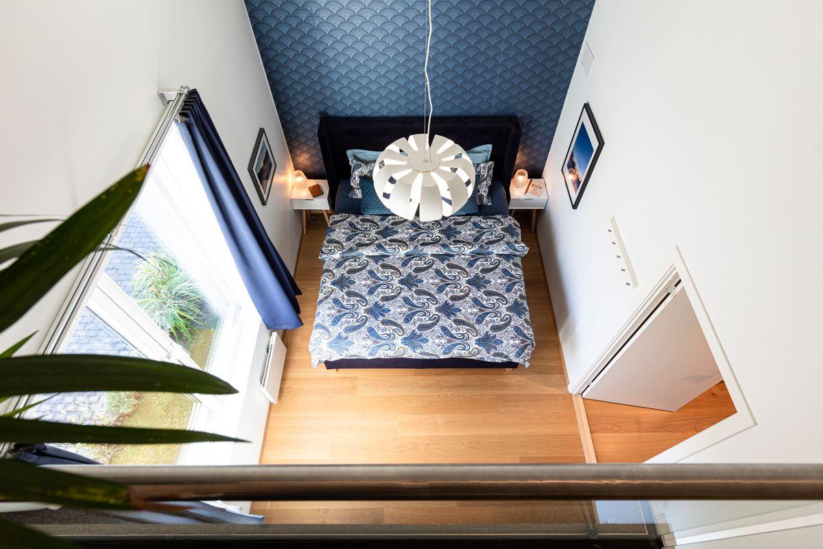 Skådalsveien 13H Soverom 1: Generøs takhøyde på soverommene som strekker seg helt opp til 4,80 meter.