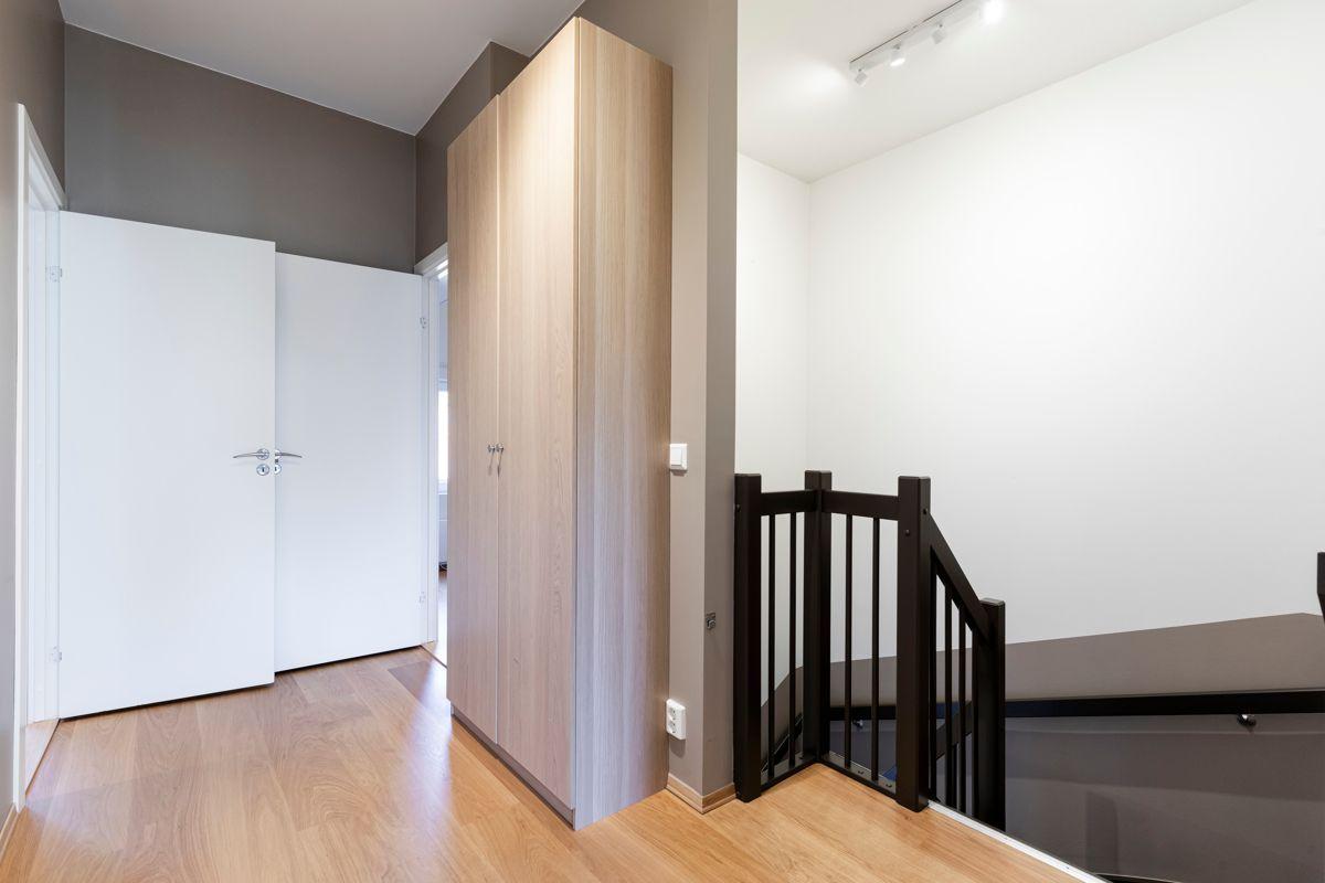 Skådalsveien 13H Trapperom i 2. etasje med garderobeskap og romslig takhøyde. Mulighet for å bygge ut loftsarealet over trapperommet.