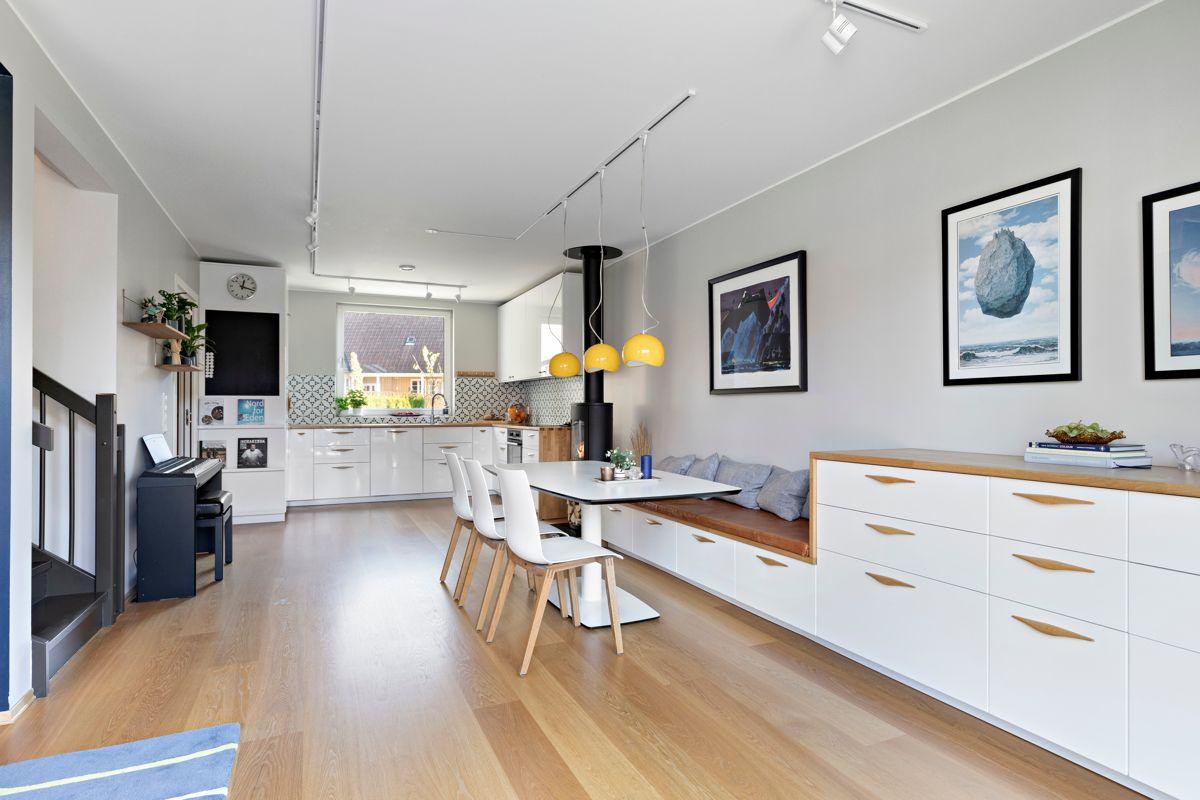 Skådalsveien 13H Plassbygget sittebenk i stue hvor det er fin sone for stort spisebord.