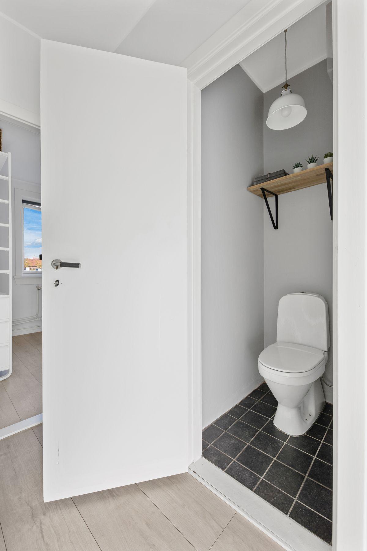 Hans Barliens gate 1F Fra entréen er det inngang til et praktisk toalettrom