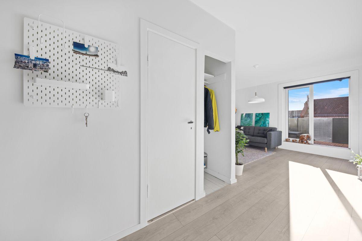 Hans Barliens gate 1F Innbydende entré med plass til å henge fra seg yttertøy og sko