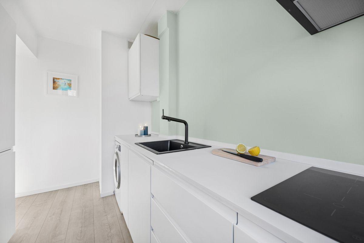 Hans Barliens gate 1F Kjøkkenet består av en nedfelt oppvaskkum, nedfelt induksjonstopp, stekeovn fra IKEA, ventilator med kullfilter og integrert kjøleskap med fryser