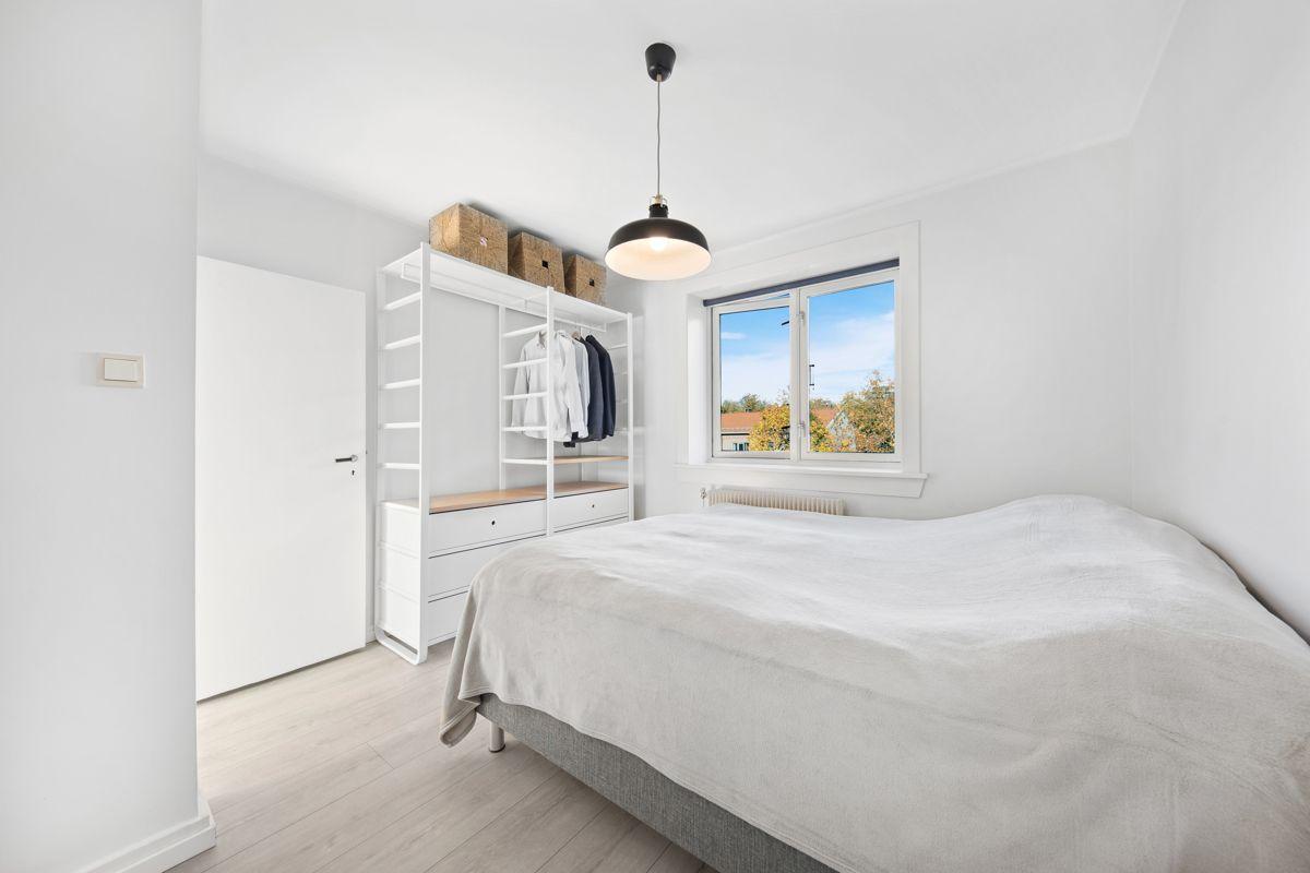 Hans Barliens gate 1F Stort og luftig soverom med god plass til dobbeltseng, nattbord, garderobe, kommode og annet ønsket møblement