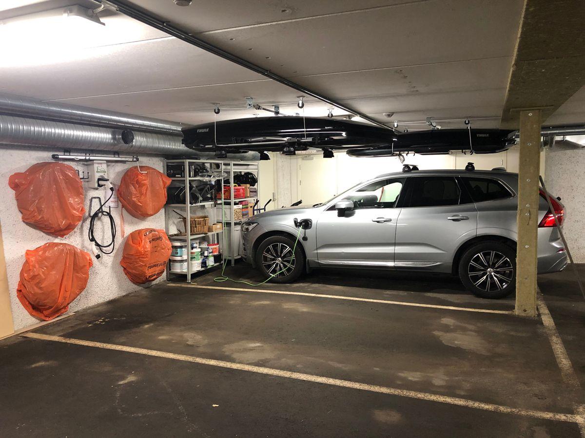 Skådalsveien 13H Garasjesplass med lader til el-bil i fellesanlegg - direkte adkomst til/fra boligen. Det er også felles bod og sykkelstativ i garasjeanlegget.