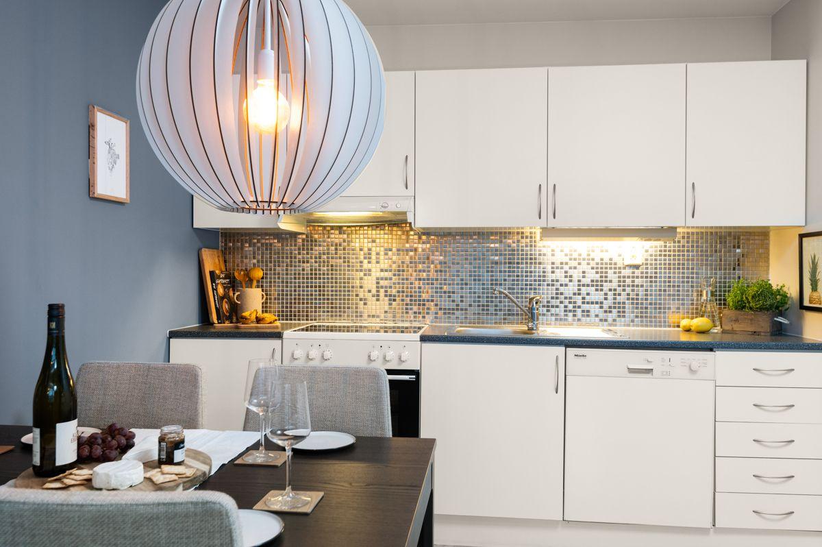 Sinsenveien 9 Hvitevarer medfølger; ventilator fra 2016, komfyr med keramisk koketopp, oppvaskmaskin og kjøleskap med fryser. Mikrobølgeovn plassert i kjøkkenskap følger også med.