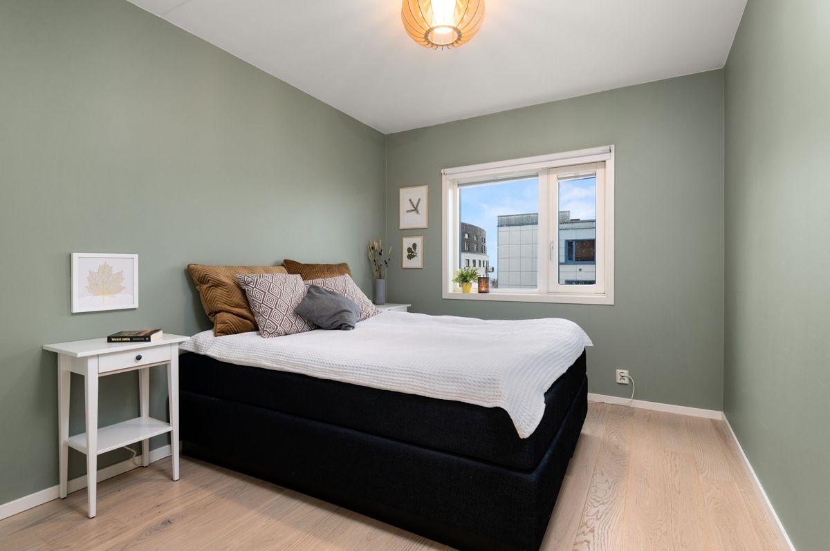 Sinsenveien 9 Stort og luftig soverom med god plass til dobbeltseng, nattbord og annet ønsket møblement.