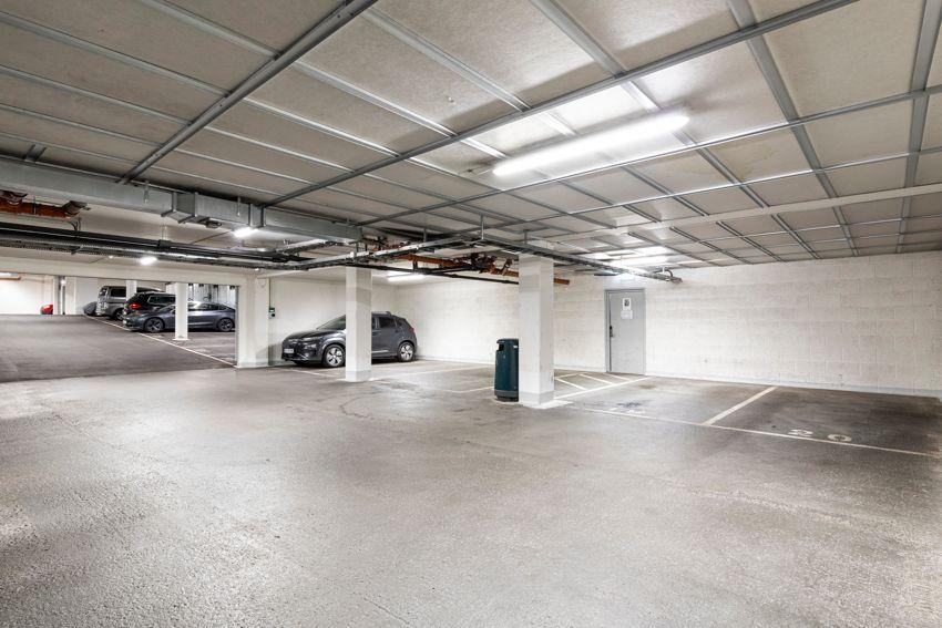 Sinsenveien 9 Det er garasjeanlegg i kjeller med mulighet for kjøp/leie ved ledighet.