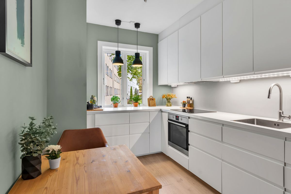 Claus Riis' gate 4 Separat kjøkken med stilren innredning og god plass til spisebord.