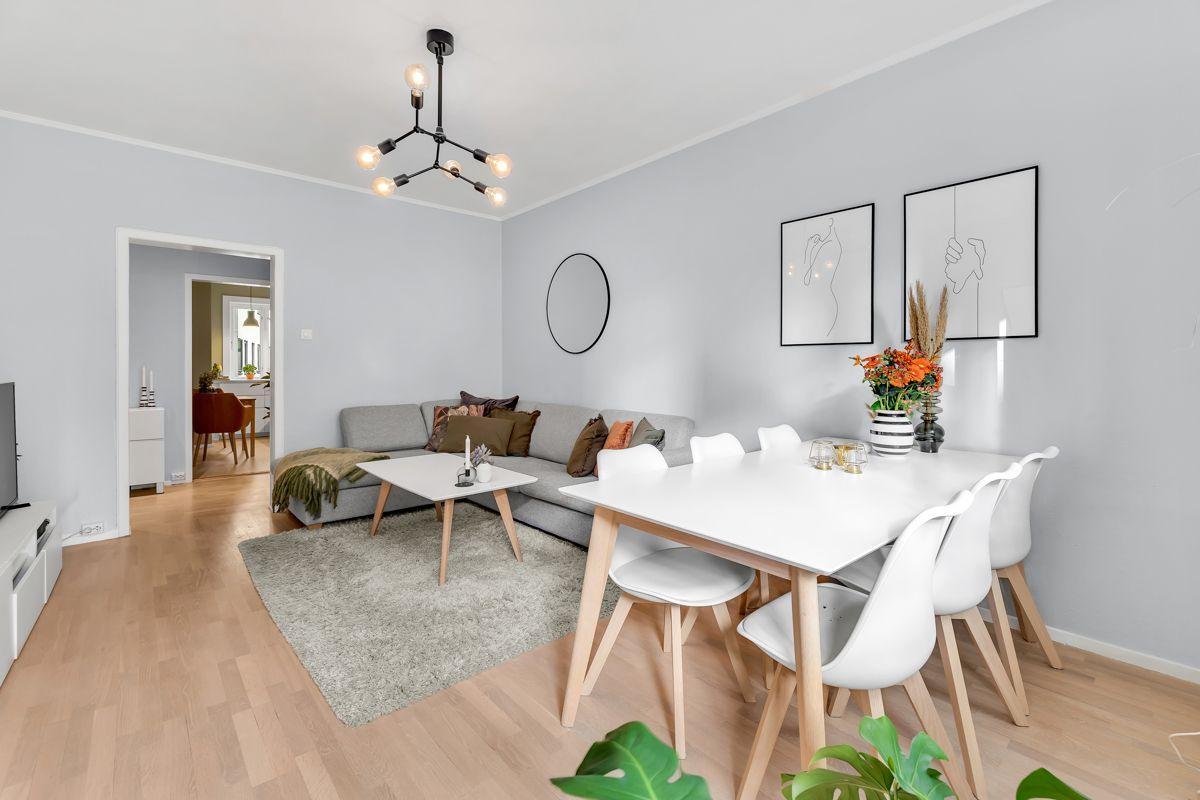 Claus Riis' gate 4 Romslig stue med god plass til sofagruppe, TV-seksjon, spisebord og annet ønsket møblement.